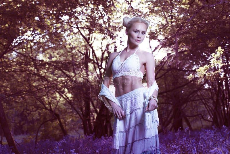 Ritratto artistico di una ragazza in una foresta di campanula fotografia stock libera da diritti