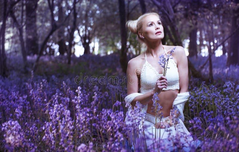 Ritratto artistico di una ragazza in una foresta di campanula immagini stock