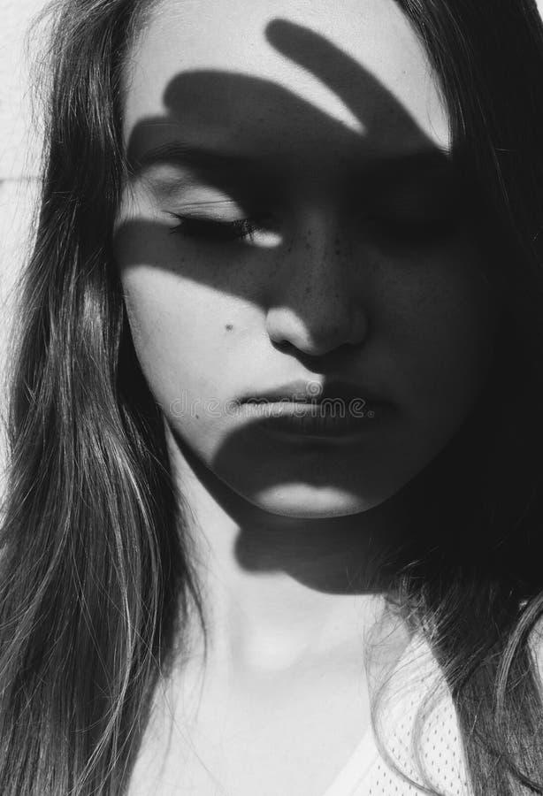 Ritratto artistico drammatico di una giovane donna fotografie stock libere da diritti