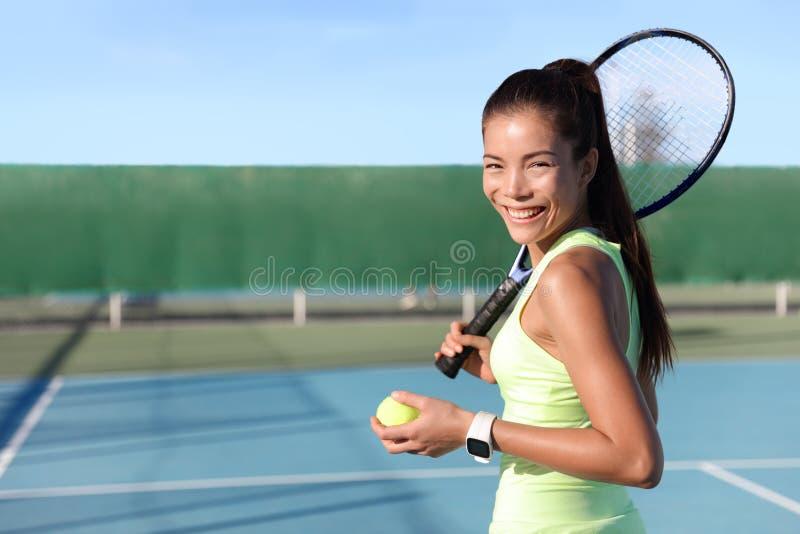 Ritratto asiatico della giovane donna del tennis sulla corte fotografia stock