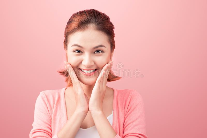 Ritratto asiatico di bellezza giovane Bella donna della stazione termale che tocca il suo Fa immagine stock libera da diritti