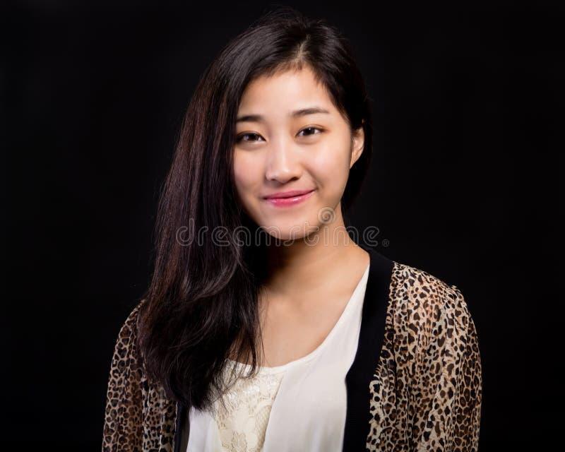 Ritratto asiatico di bellezza sul nero immagini stock