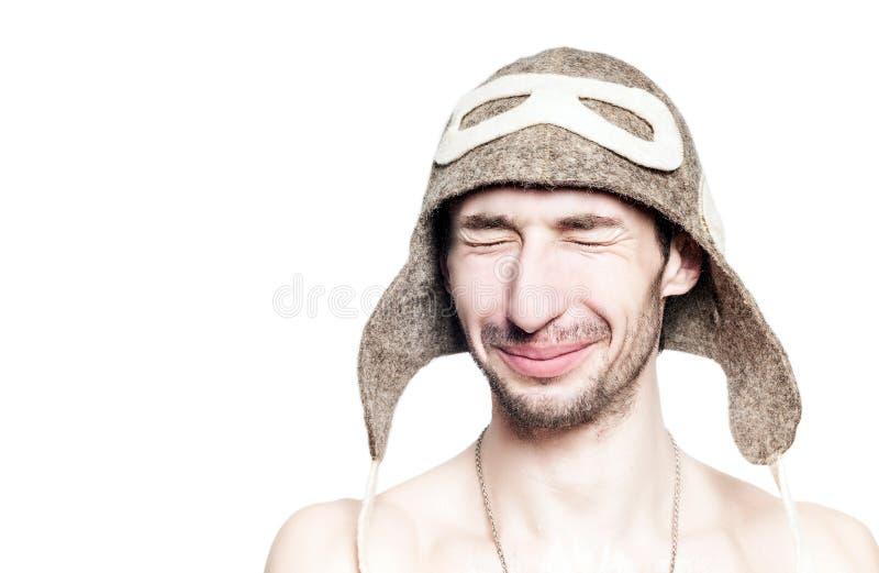 Ritratto attraente dell'uomo che riposa nel bagno russo con il cappello sulla testa. fotografia stock