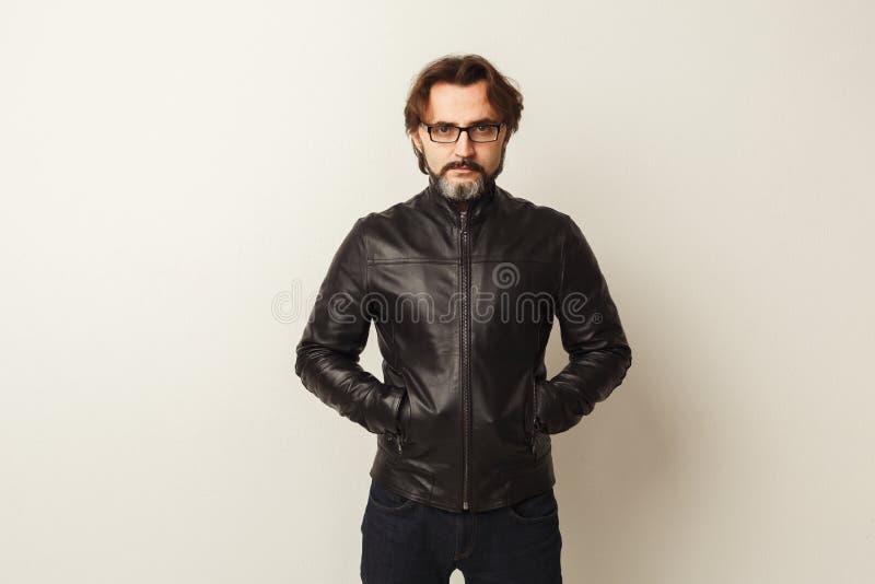 Ritratto barbuto sicuro bello dell'uomo fotografie stock libere da diritti