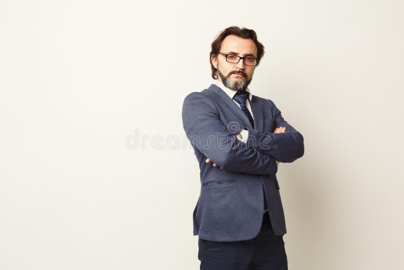 Ritratto barbuto sicuro bello dell'uomo d'affari fotografia stock