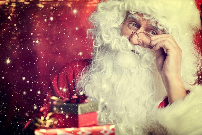 Ritratto bevente del primo piano del tè di Santa Claus isolato su rosso fotografia stock