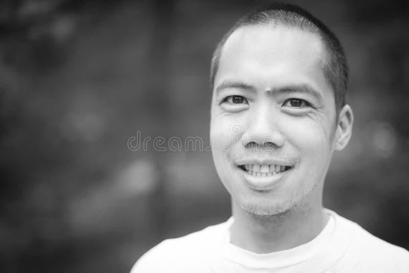 Ritratto in bianco e nero del maschio asiatico invecchiato mezzo fotografia stock