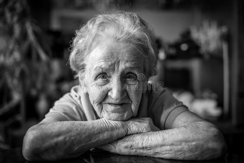 Ritratto in bianco e nero del primo piano di una donna anziana del positiv fotografie stock libere da diritti