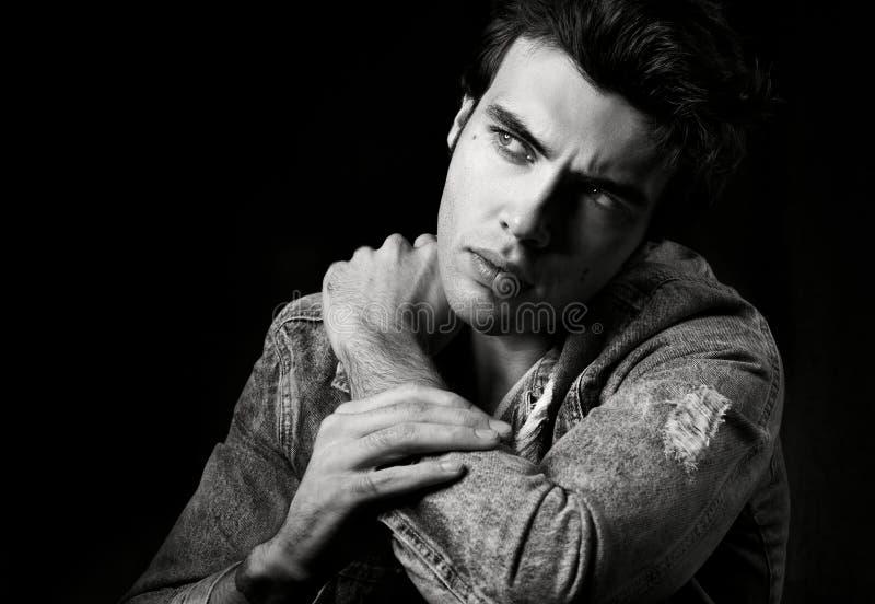 Ritratto in bianco e nero del primo piano del giovane attraente con uno sguardo ansioso fotografia stock libera da diritti