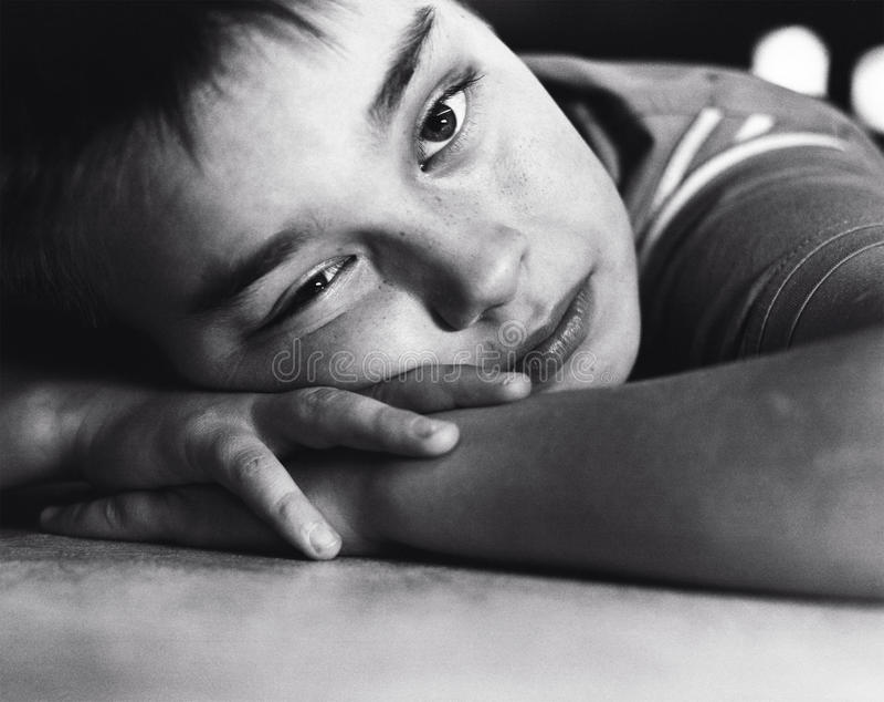 Ritratto in bianco e nero del ragazzo di nove anni fotografia stock