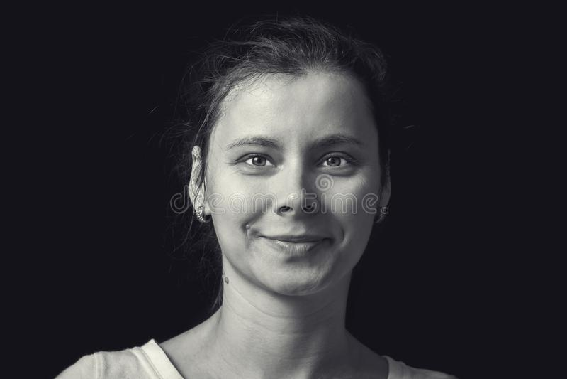 Ritratto in bianco e nero della giovane donna su fondo nero Viso umano naturale con emozione realistica Ragazza del ritratto in r immagini stock libere da diritti