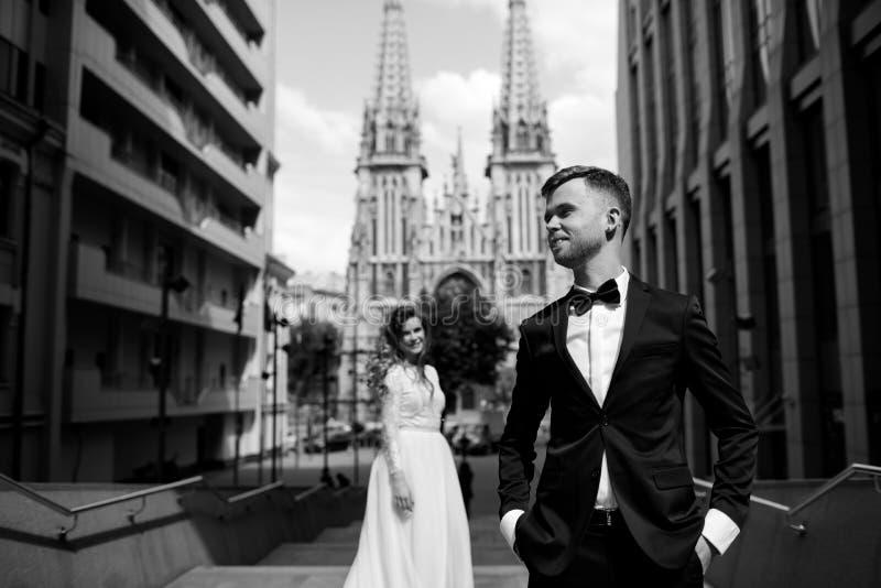 Ritratto in bianco e nero della sposa e dello sposo immagini stock