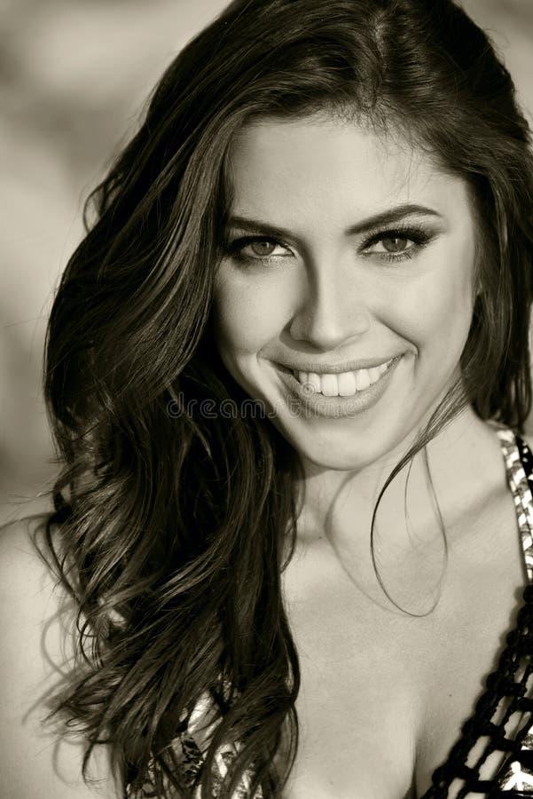 Ritratto in bianco e nero di bella giovane donna immagini stock