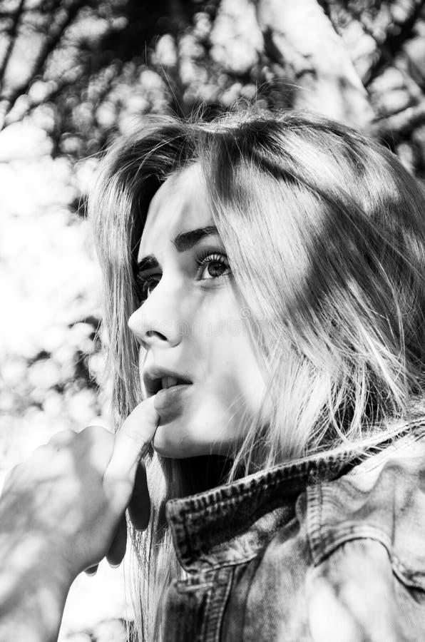 Ritratto in bianco e nero di bellezza e della giovane donna alla moda fotografie stock