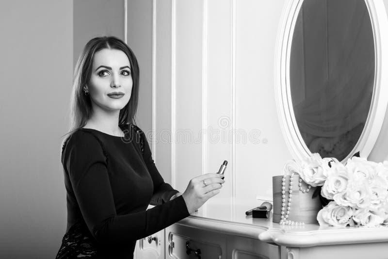 Ritratto in bianco e nero di bello stendere il trucco sorridente della donna fotografia stock libera da diritti