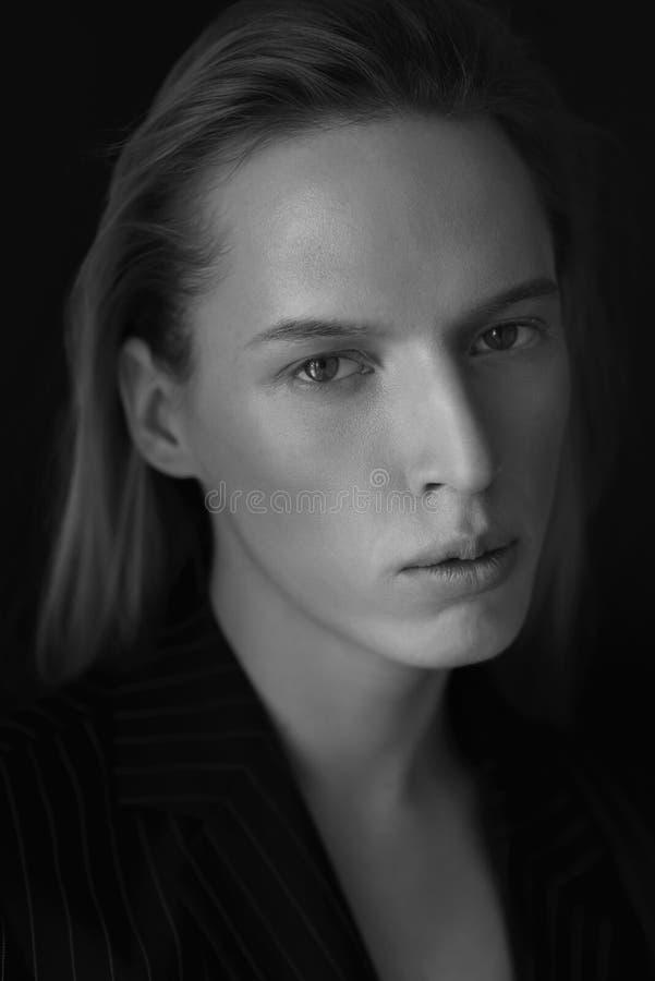 Ritratto in bianco e nero di giovane uomo attraente immagini stock