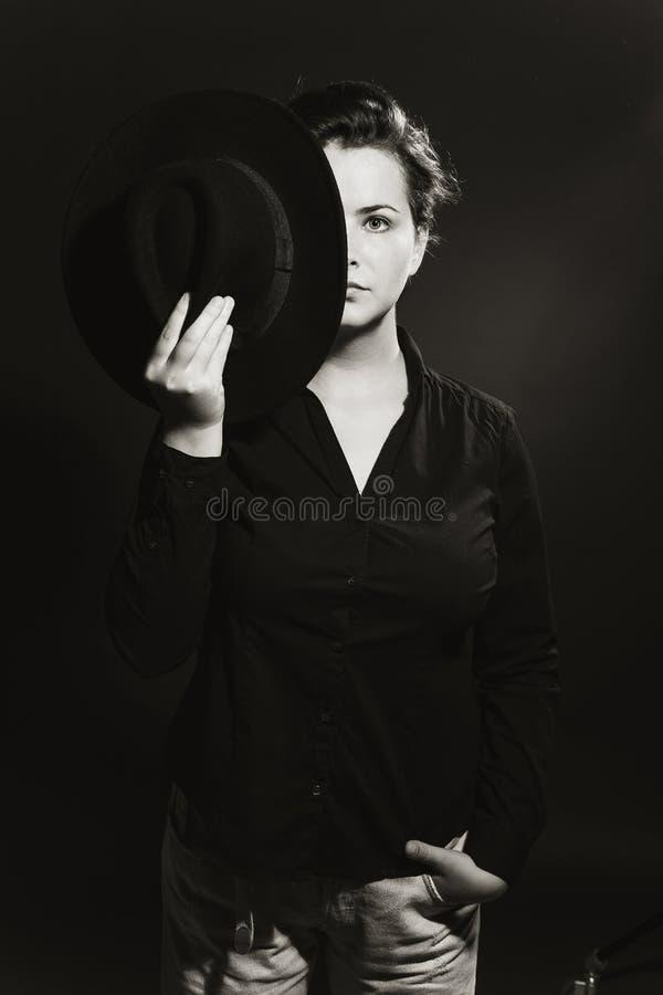 Ritratto in bianco e nero di mezzo fronte della ragazza chiuso da un cappello immagini stock libere da diritti