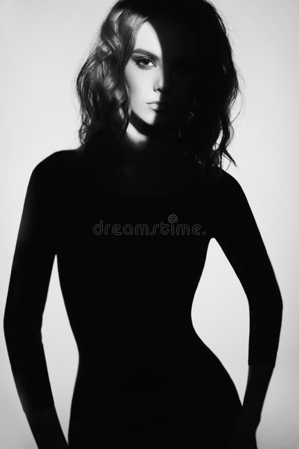 Ritratto in bianco e nero di modo di bella signora fotografia stock