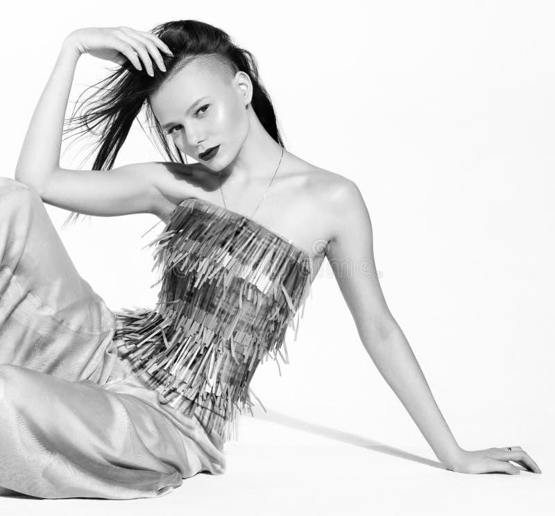 Ritratto in bianco e nero di modo di una giovane donna in un modo alla moda immagini stock libere da diritti