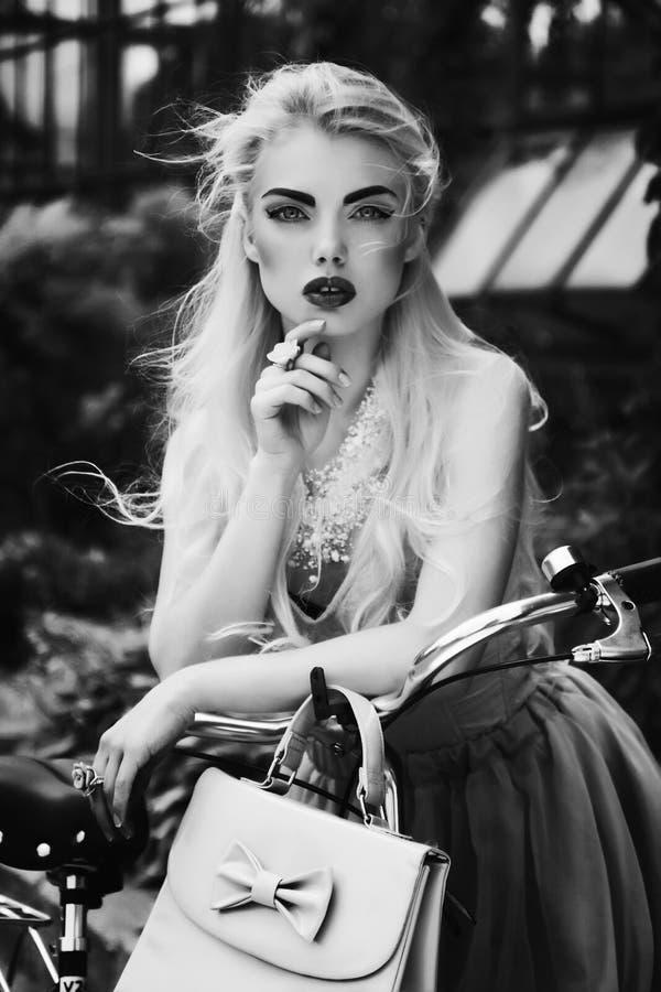 Ritratto in bianco e nero drammatico di bella ragazza bionda fotografia stock libera da diritti