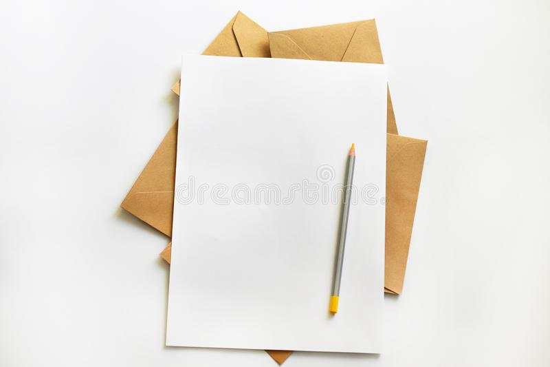 Ritratto in bianco A4 rivista dell'opuscolo isolata su grigio fotografia stock