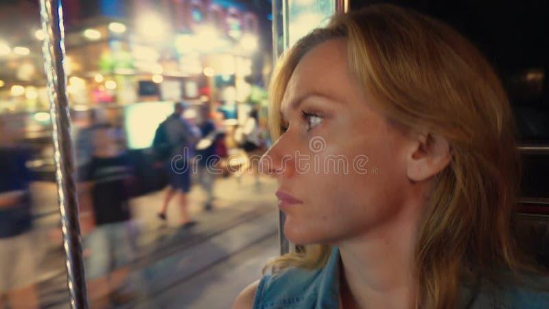 Ritratto biondo della bella giovane donna stanca dentro un tuk del tuk su una via di notte Concetto di turismo fotografia stock libera da diritti