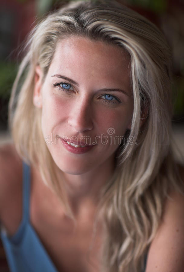 Ritratto biondo della donna di Beautuful, occhi azzurri, sorriso fotografia stock