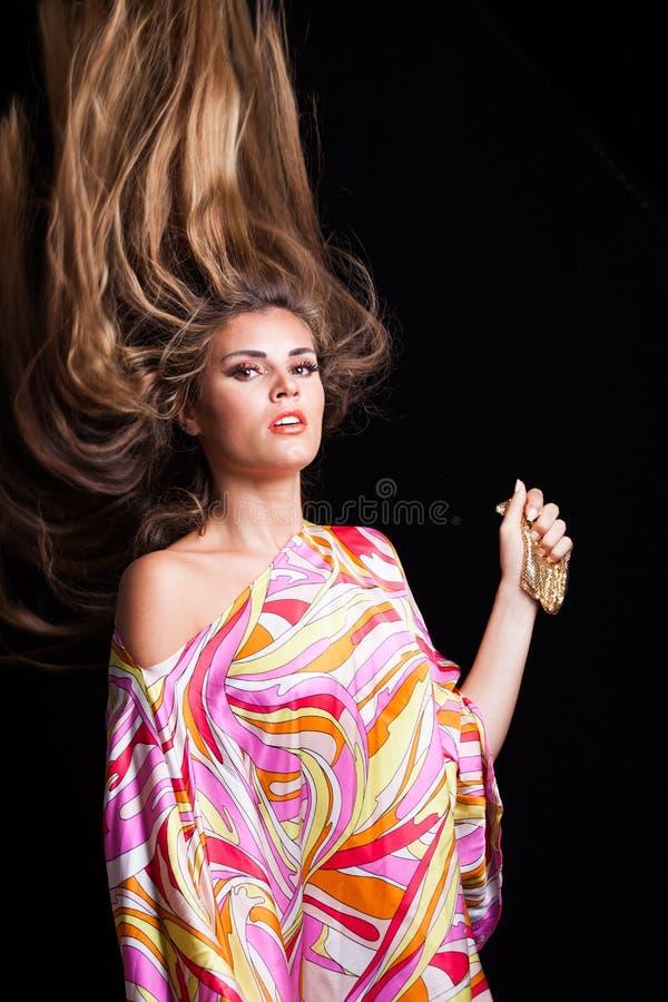 Ritratto biondo naturale di bellezza della ragazza con i capelli lunghi di volo fotografia stock libera da diritti