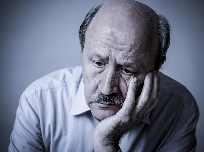 Ritratto capo dell'uomo anziano maturo senior sul suo 60s che sembra triste fotografia stock