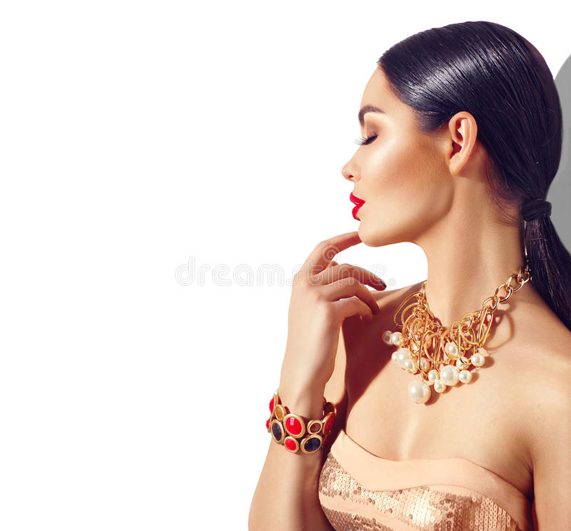 Ritratto castana della ragazza del modello di moda di bellezza Giovane donna sexy con trucco perfetto fotografia stock