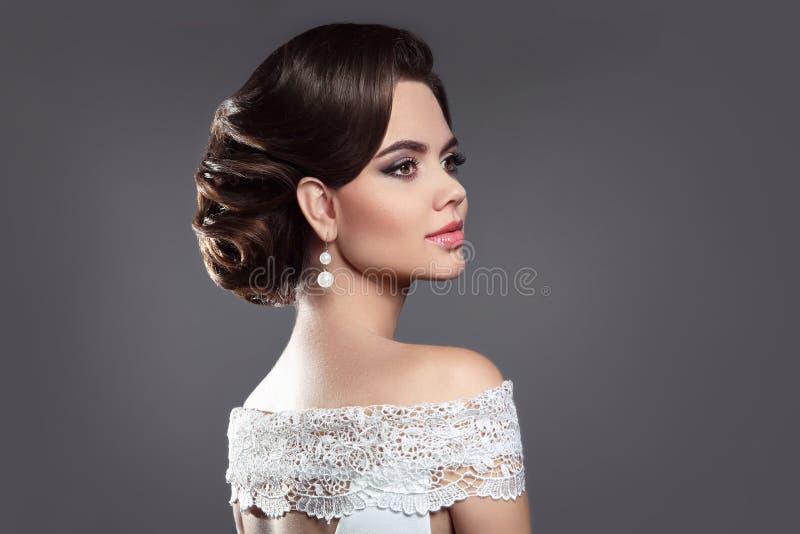 Ritratto castana di bellezza della retro donna Signora elegante con il hairstyl immagini stock libere da diritti