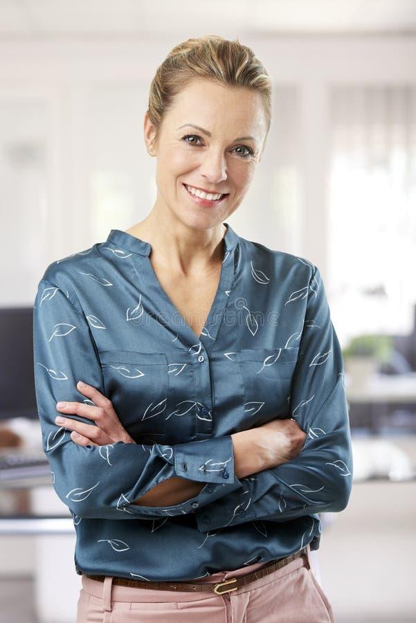 Ritratto casuale della donna di affari immagine stock