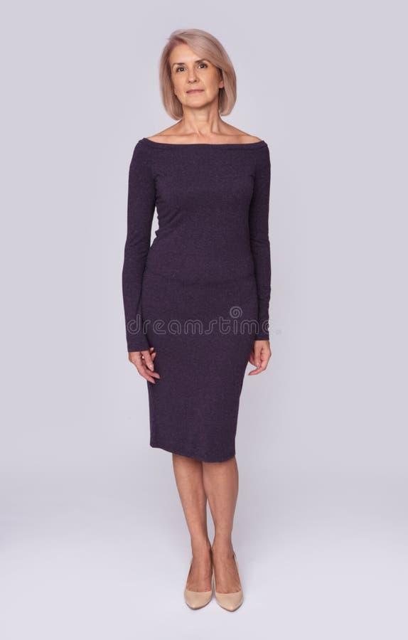 Ritratto completo del corpo della donna invecchiata mezzo immagine stock libera da diritti