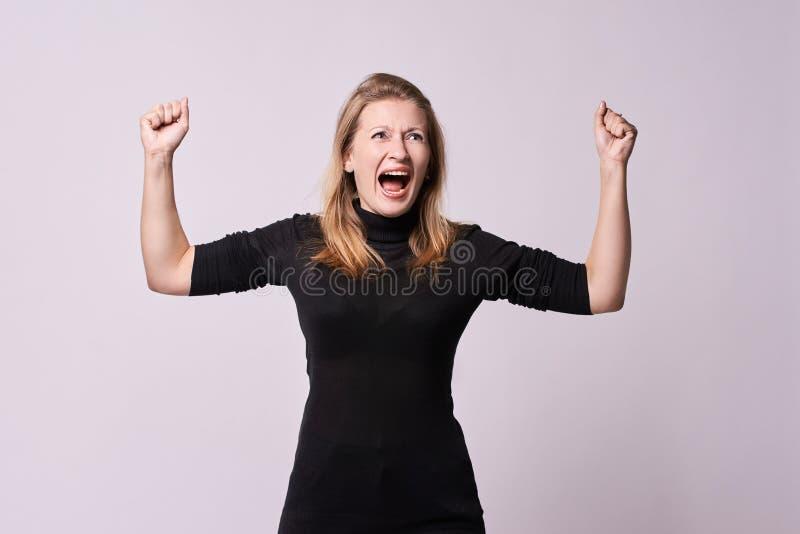 Ritratto con il fronte sorpreso ed impaurito Gioia di emozioni Vittoria Priorità bassa bianca fotografia stock libera da diritti