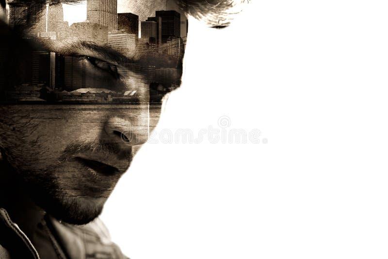 Ritratto concettuale di un uomo bello con un paesaggio urbano nei precedenti fotografie stock