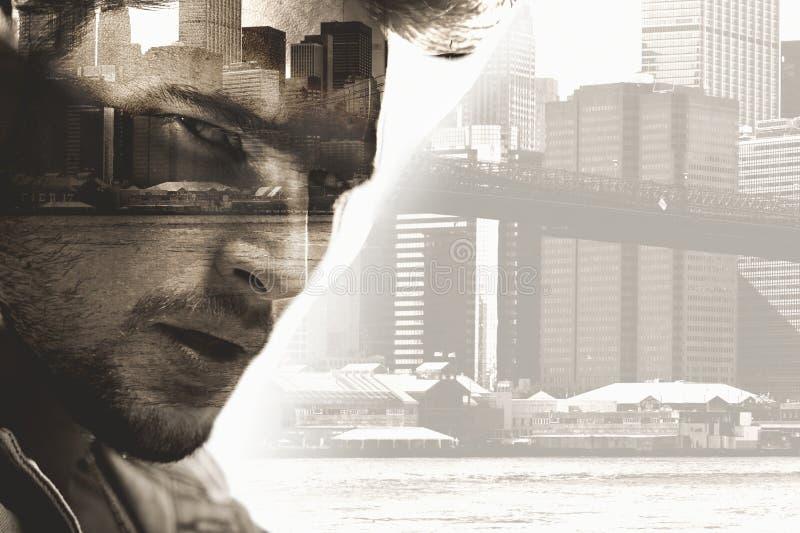 Ritratto concettuale di un uomo bello con un paesaggio urbano nei precedenti fotografie stock libere da diritti