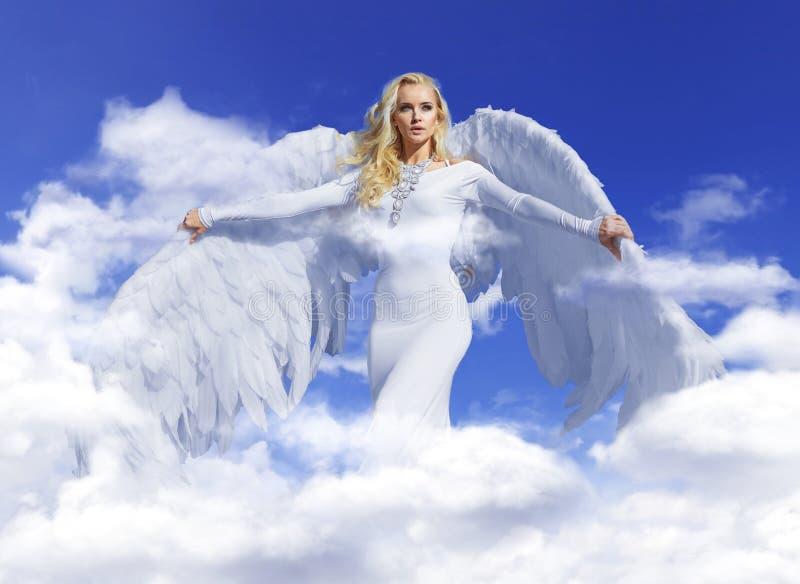 Ritratto concettuale di un volo biondo di angelo fino al cielo immagine stock