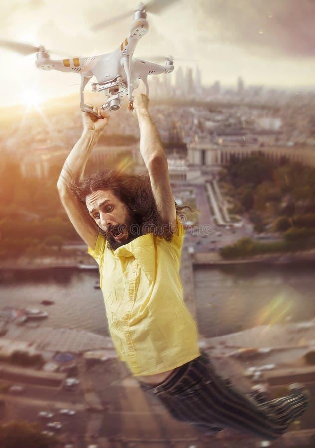 Ritratto concettuale di un volo dell'uomo con un fuco immagini stock libere da diritti