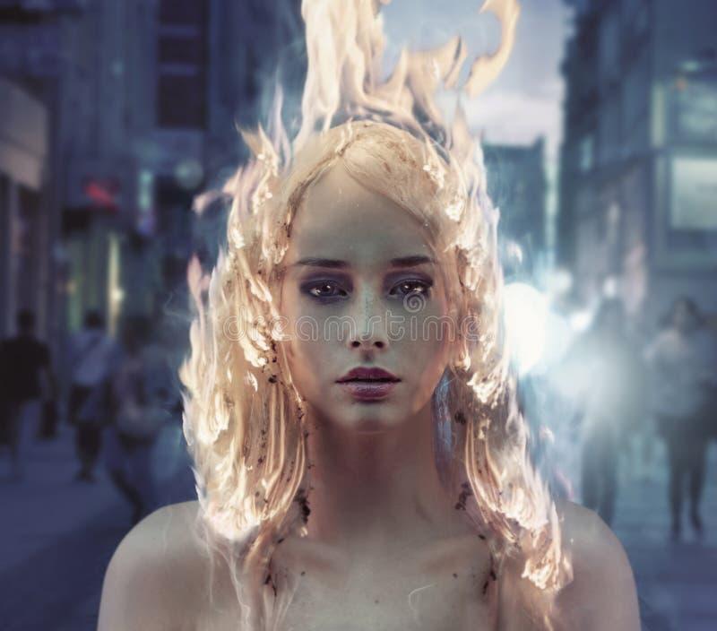 Ritratto concettuale di una signora con capelli brucianti immagine stock libera da diritti