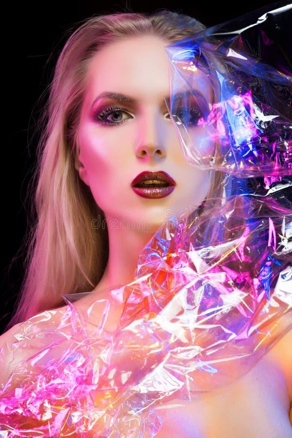 Ritratto concettuale futuristico di bella ragazza coperta da wr fotografia stock libera da diritti