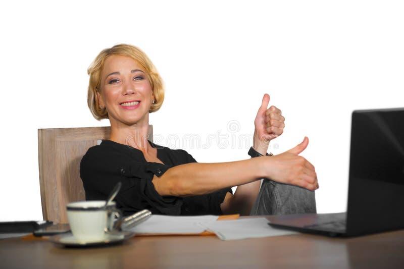 Ritratto corporativo dell'ufficio di giovane bello e lavoro felice della donna di affari rilassato a sorridere dello scrittorio d fotografie stock