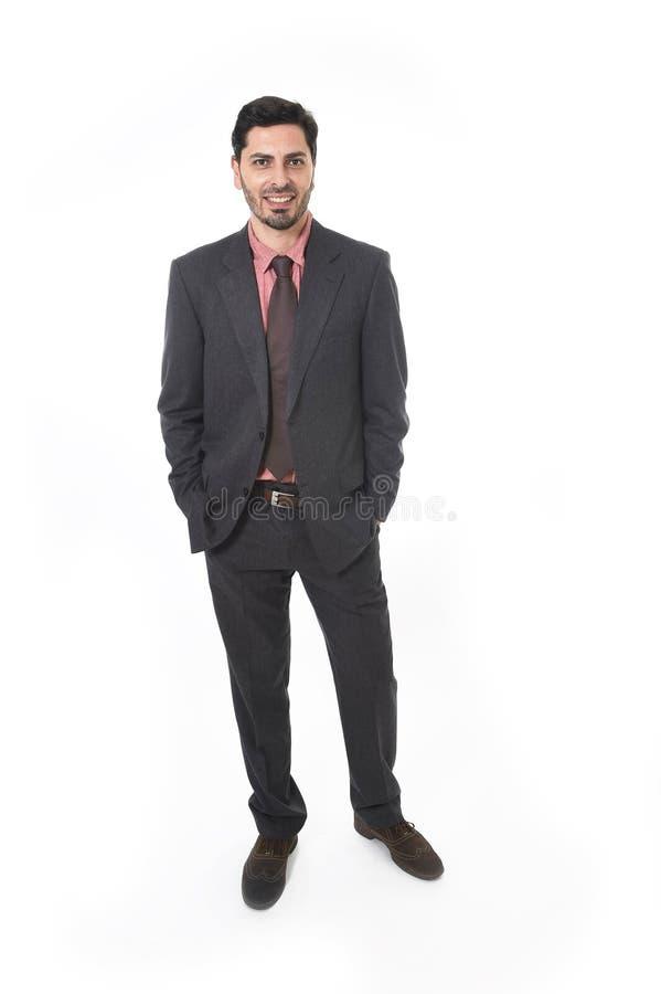 Ritratto corporativo di giovane uomo d'affari attraente di etnia ispana latina che sorride nel vestito e nel legame immagini stock libere da diritti
