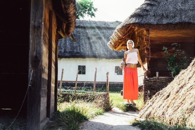 Ritratto d'annata della giovane donna con una brocca fotografie stock