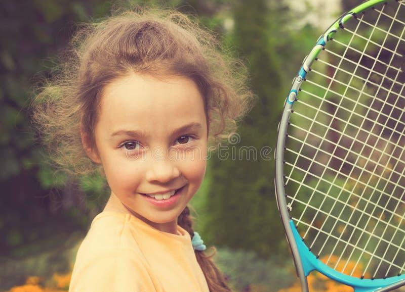 Ritratto d'annata della ragazza sveglia che gioca a tennis di estate fotografia stock libera da diritti