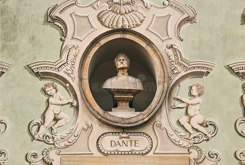 Ritratto d'annata della scultura di Dante Alighieri su una facciata di vecchia costruzione a Bellinzona, Svizzera fotografia stock libera da diritti