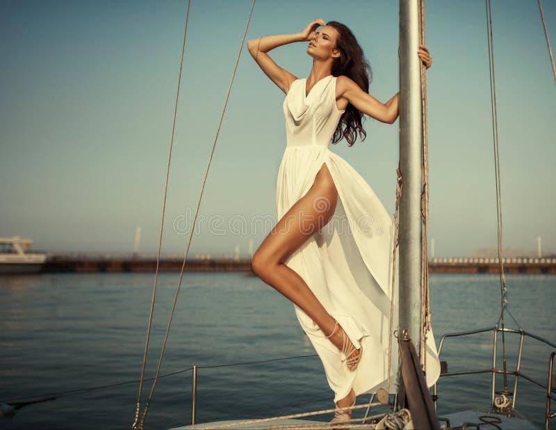 Ritratto d'annata di bella donna elegante in vestito lungo di lusso fotografia stock libera da diritti