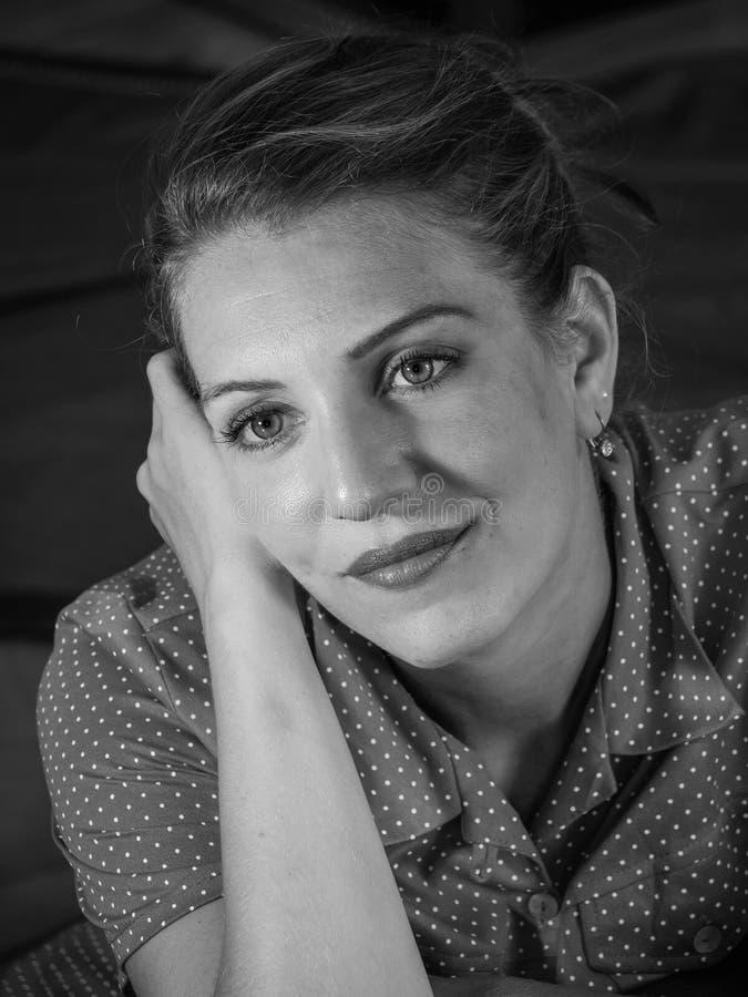 Ritratto d'annata di bella giovane donna in bianco e nero immagine stock