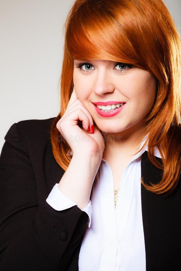 Ritratto dai capelli rossi della donna di affari fotografia stock libera da diritti