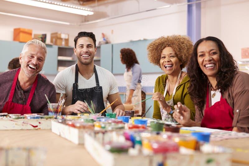 Ritratto degli adulti maturi che assistono ad Art Class In Community Centre fotografia stock libera da diritti