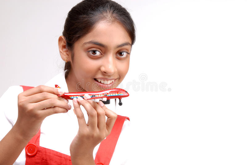 Ritratto degli aerei del giocattolo della tenuta della ragazza fotografia stock